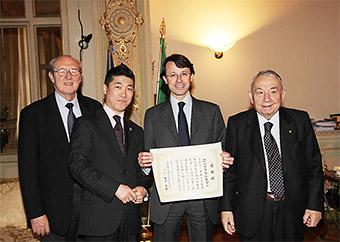 神奈川県薬剤師会の訪伊調査で、イタリア薬剤師会を訪問した際のレオパルディ元会長(右)。右から二人目は、マンデーリ会長(当時)。調査団長だった後藤神奈川県薬剤師会副会長との記念写真。レオパルディ会長は、イタリア薬剤師会倫理綱領を策定した功労者で、2002年に日本薬剤師会のイタリア調査を初めて実施したときから、私どもが訪問するたびに義理堅く同席してくれ、イタリアの薬剤師事情について熱弁をふるってくれます