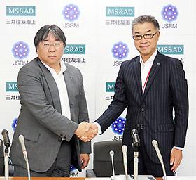 日本再生医療学会の澤理事長(左)と三井住友海上火災保険の伊東取締役