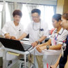 多職種による病棟回診(左が著者)