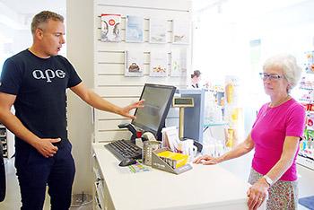 薬剤師が2つ以上の薬局を管理できるようになったことを説明する薬局オーナー。デンマークでは白衣を着用しない薬剤師も増えているという。数が増えたから調剤助手にもポジションを与えるべきという言葉に理解を示しつつも、薬剤師の未来が気になる著者でした