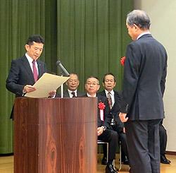 医薬品等製造の部を代表して表彰状を受け取る柳澤氏