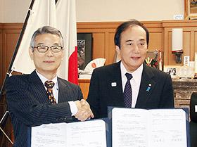 埼玉県の上田清司知事(右)とウエルシアの池野隆光氏