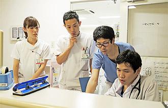 HCU病棟で医師や看護師と今後の治療方針を話し合う
