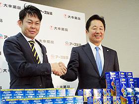 アース製薬の川端克宜社長(左)と大幸薬品の柴田高社長