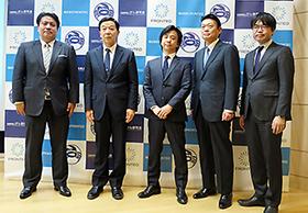 一番左ががん研究会・野田哲生研究本部長、中央がFRONTEOヘルスケア・池上成朝社長
