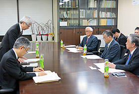 懇談会であいさつする武田局長(左)