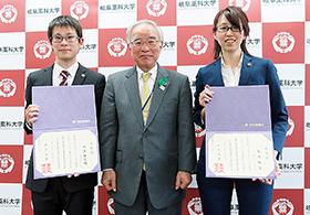 左から井上さん、稲垣学長、大江さん