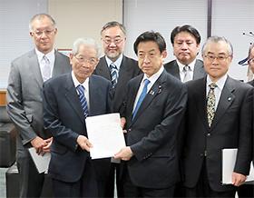 塩崎恭久厚労相(前列中央)に意見書を手渡す高久史麿日本医学会連合会長