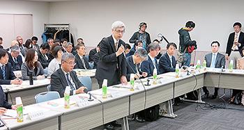 あいさつする武田俊彦医薬・生活衛生局長(前列左から2人目)