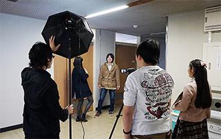 撮影中の風景。メンバーは役者とスタッフを兼任する