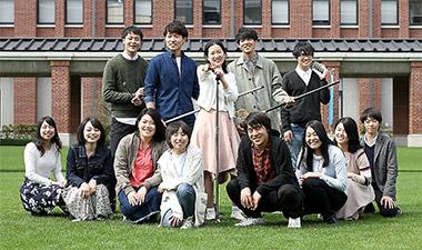 同じ研究室に所属する13人の薬学生が出演した(神戸学院大学提供)