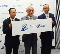 ペプチスターのロゴを掲げる(左から)加藤敬太、窪田規一、手代木功の3氏