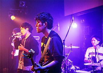 ライブでは、情熱を込めたパフォーマンスで観客を沸かせる