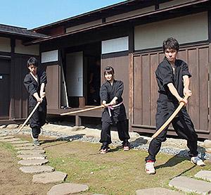 合同稽古で腕を磨く木村さん(左)と安井さん(中央)