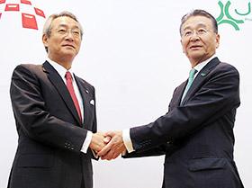 握手する左からメディパルホールディングス・渡辺秀一社長とJCRファーマ・芦田信会長兼社長