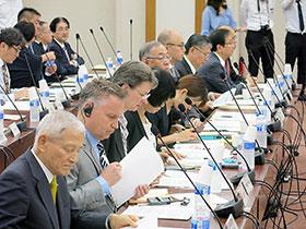 合同部会に臨む製薬業界代表