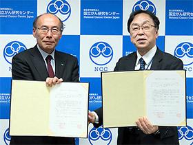 協定書を交わす石井啓太郎学長(左)と大津敦院長