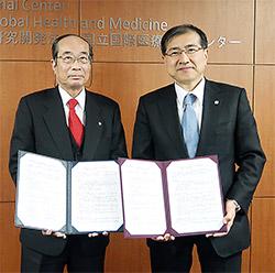 左から東薬大・笹津備規学長、国際医療研究センター・國土典宏理事長