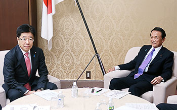 閣僚折衝する加藤勝信厚労相(左)と麻生太郎財務相