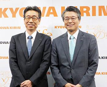 左から宮本昌志新社長COO、花井陳雄新会長CEO