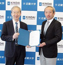 左から近畿大学薬学部の岩城正宏薬学部長、京都廣川書店の廣川重男社長