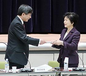 答申書を高木副大臣(右)に手渡す田辺会長