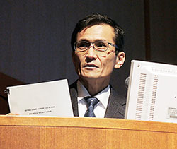 日本薬学会年会のシンポジウムで概要を説明する小澤孝一郎氏