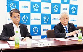 {卉(上)+木(下)}原健専務理事(左)、木平健治会長