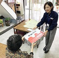 薬局から配送委託された医薬品を患者宅に届けるアトルの社員