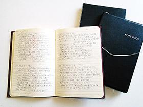 """思いついたアイデアを書き込んだノート。""""1日1アイデア""""を日課としている"""