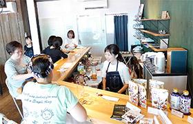 月1回開くゆう薬局カフェで地域住民と交流する尾崎さん