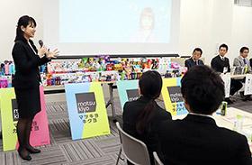 薬学生向けのインターンシップ説明会で商品開発の話をする佐藤さん