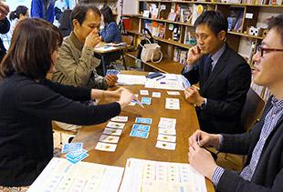 カードゲームの体験会も開催。禁止薬物を確認する様子