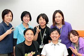 守上院長(下段左)ら多職種で構成されるクリニックのスタッフ(よしき往診クリニック提供)
