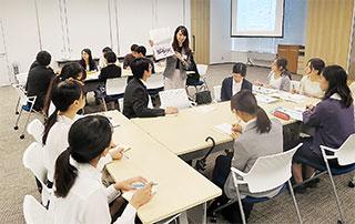 各社のブースでは、先輩社員が学生に業務内容を説明した