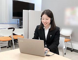 大学側にオンライン説明会の開催を提案した大阪薬大6年生の松村さん。当日の司会や進行も9人の学生が担当した