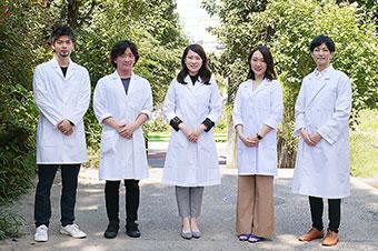 「旅する薬剤師」事業を手がける薬剤師のメンバー(中央が西井さん)